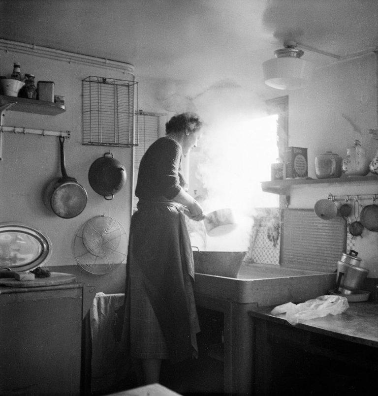 julia-child-in-paris-kitchen-931964d4ba87c5cf